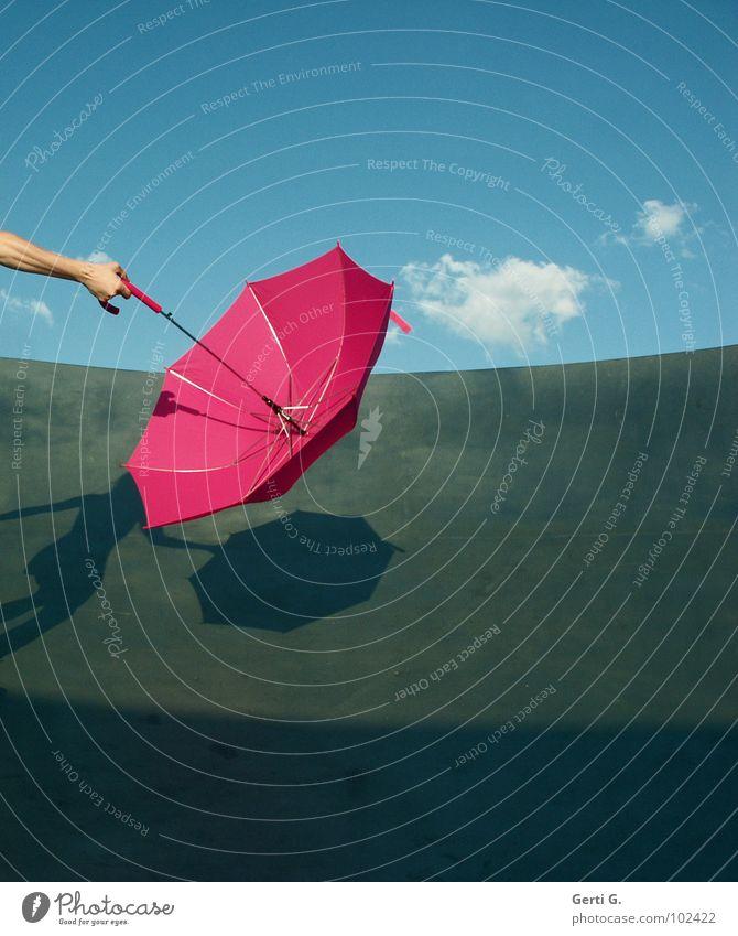 it never rains in southern california Dürre Physik trocken nass Regenschirm rosa Hand Unterarm Griff rund drehen festhalten himmlisch himmelblau Wolken Streifen