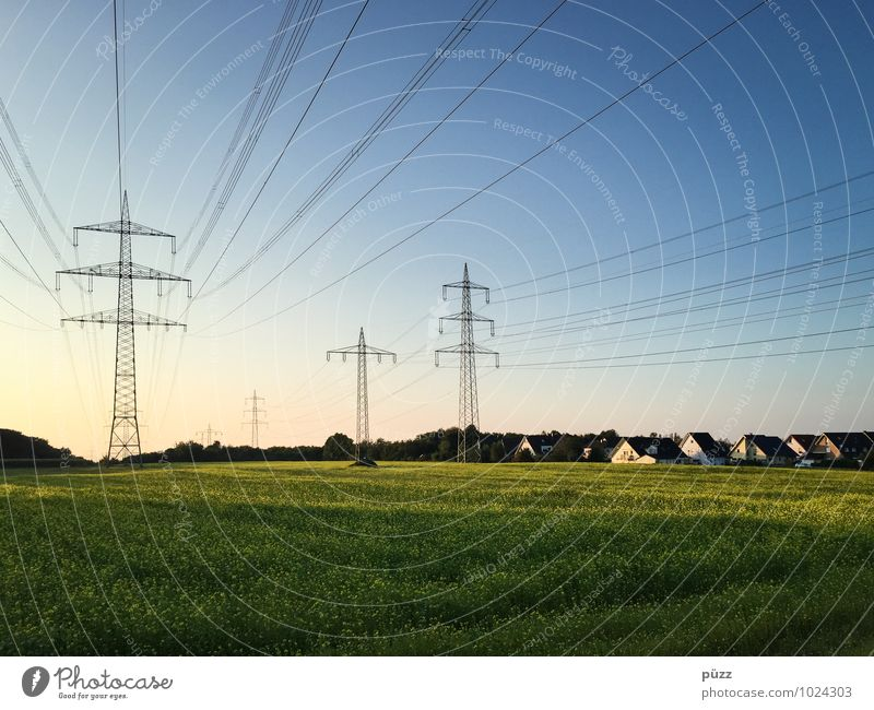 Energie Haus Technik & Technologie Energiewirtschaft Erneuerbare Energie Energiekrise Umwelt Landschaft Himmel Wolkenloser Himmel Sommer Schönes Wetter Feld