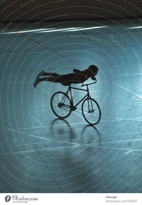 Fahrrad-Flug blau Einsamkeit Straße Farbe Sport Bewegung Wege & Pfade Zufriedenheit Fahrrad Beleuchtung Kreis fahren Freizeit & Hobby Konzentration sportlich Lagerhalle