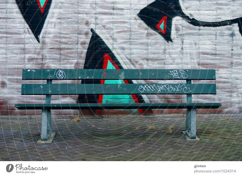 Parkbank Lifestyle Jugendkultur Subkultur Stadt Haus Platz Bauwerk Gebäude Architektur Mauer Wand Fassade Stein Holz Metall trendy rebellisch grün rot schwarz