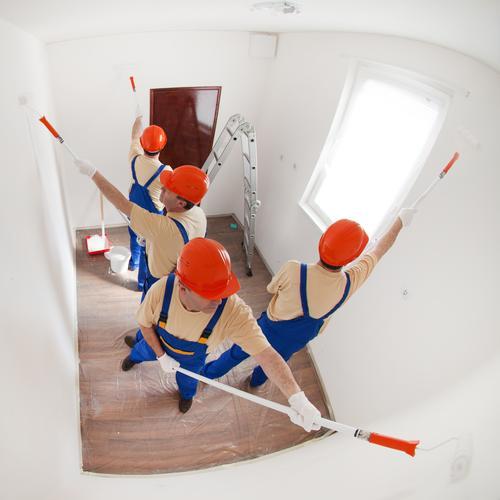 Ein Team von Arbeitern streicht einen kleinen leeren Raum Design Haus Laufmasche Mann Erwachsene 4 Mensch T-Shirt Handschuhe Arbeit & Erwerbstätigkeit