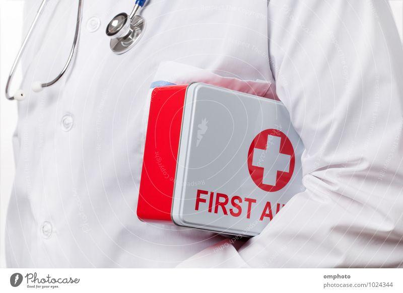 Arzt mit Erste-Hilfe-Kasten unter dem Arm Gesundheitswesen Werkzeug Mann Erwachsene 1 Mensch Mantel Arbeit & Erwerbstätigkeit tragen rot weiß Berater Praktiker