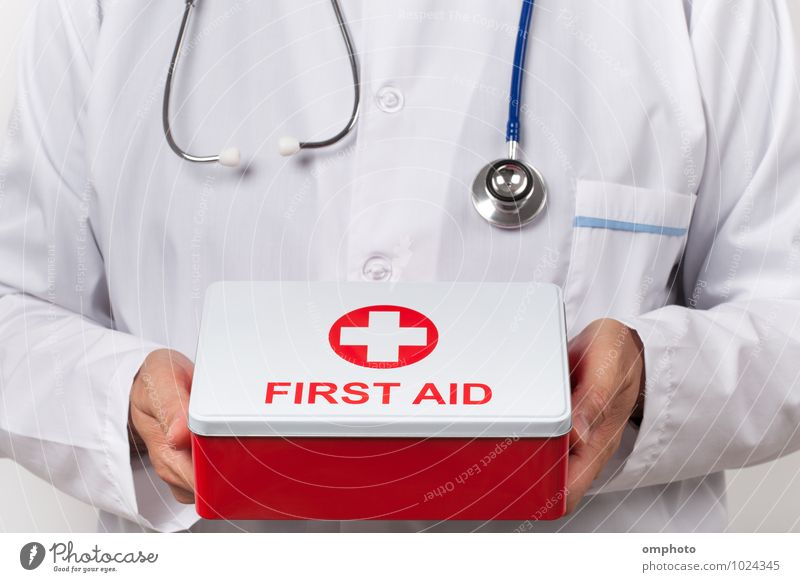 Arzt und Erste-Hilfe-Kasten in der Hand Gesundheitswesen Werkzeug Mann Erwachsene Mantel fallen rot weiß Berater Praktiker Notfallkoffer Stethoskop medizinisch