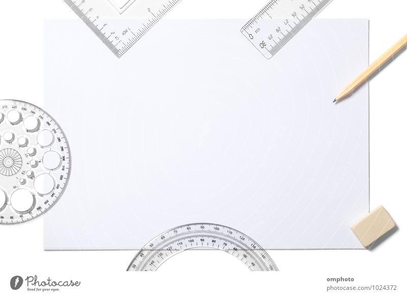 Leeres weißes Bettlaken und Schulsachen isoliert auf weiß Werkzeug Accessoire Papier zeichnen schreiben oben Schot Schulmaterial Bleistift Radiergummi Lineal