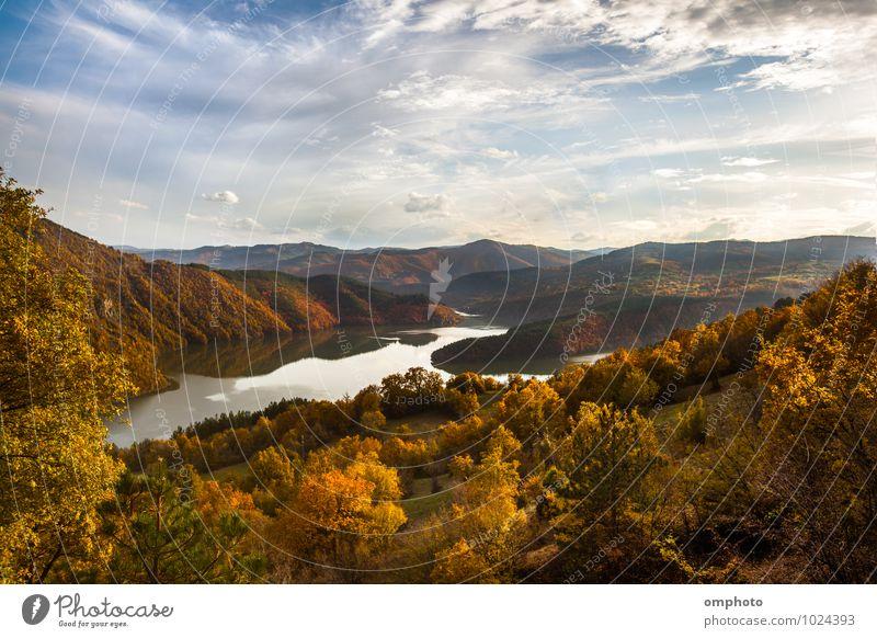 Malerische Autolandschaft mit See im Berg in zarten Pastellfarben schön Berge u. Gebirge Umwelt Natur Landschaft Pflanze Himmel Horizont Herbst Baum Gras Blatt