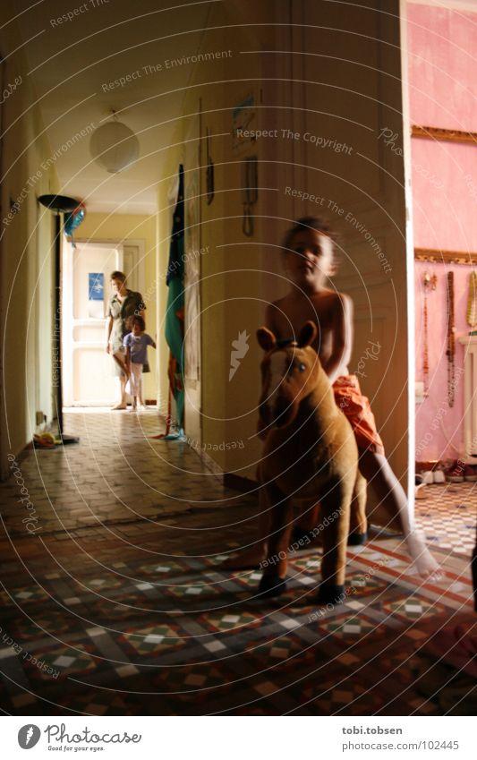 Spielkind Kind Pferd Schaukelpferd Mutter Mädchen Frau Spielen Haus Wohnung Kinderzimmer Flur Mosaik rosa schwarz beige gelb Frieden toben Licht Spanien