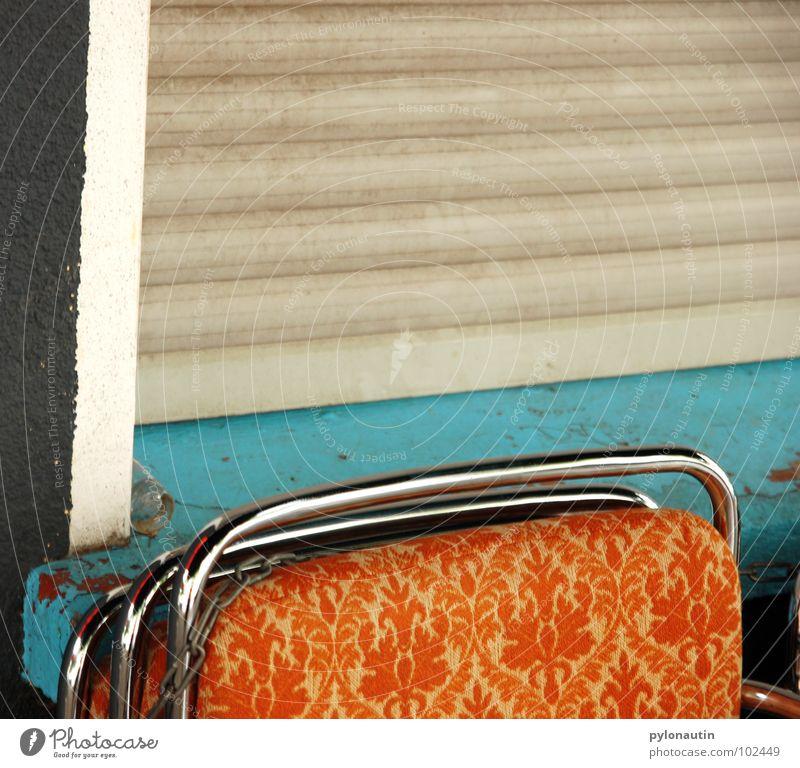 Anlehnung an die 70er Siebziger Jahre retro Stoff Fenster Fensterbrett Muster türkis weiß grau Rollo Café anlehnen Möbel Stuhl stuhllehne Metall D80 orange
