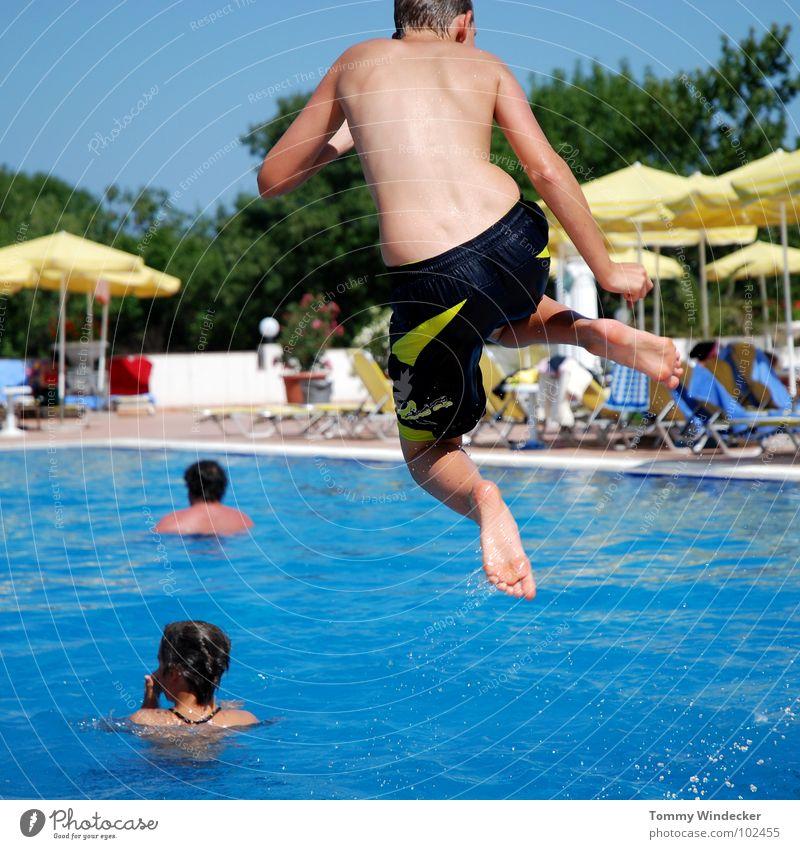 Arschbombe Kind Himmel Jugendliche blau Wasser Ferien & Urlaub & Reisen Sommer Strand Freude Erholung kalt Wärme Spielen Junge springen Beine