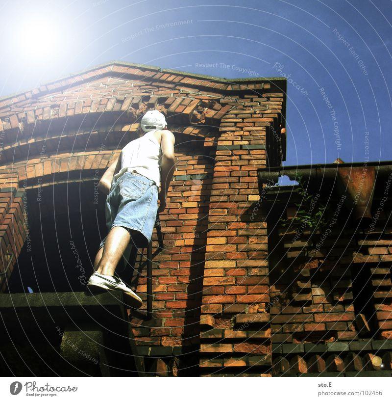 ABSTEIGEn Mensch Jugendliche alt Sonne ruhig Einsamkeit dunkel kalt Tod Holz Raum Angst gefährlich stehen Bodenbelag bedrohlich