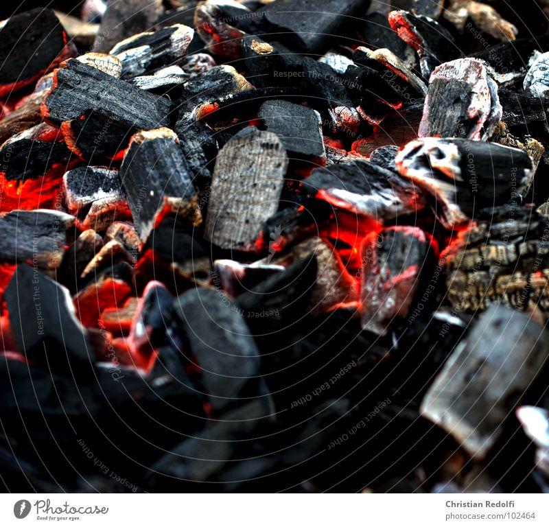 Kohle1 weiß rot Sommer schwarz Wärme Brand Feuer heiß Grillen Grill Brandasche Kohle Glut