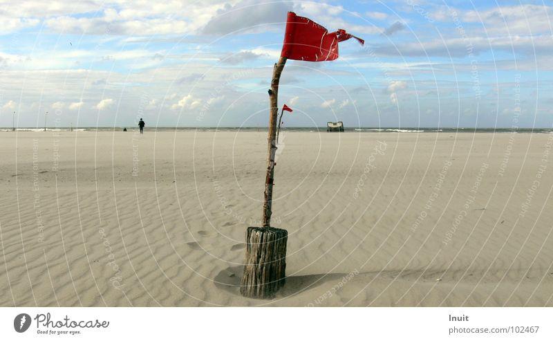 Fahne rot Strand Meer Horizont Aussage Norderney Einsamkeit Unendlichkeit Wolken Sturm Küste Sand Himmel Wegweiser Hinweisschild Nordsee Insel Wind