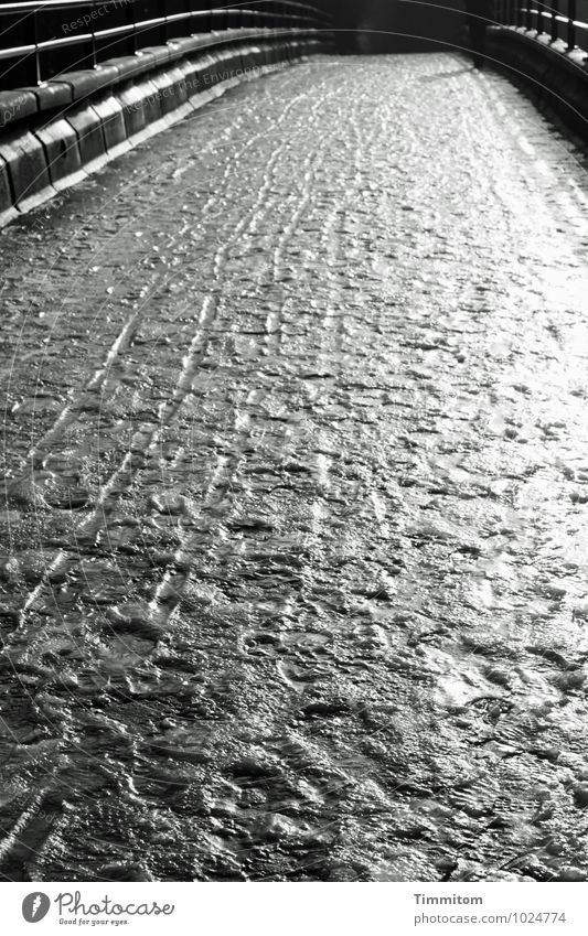 Uffbasse! feminin 1 Mensch Umwelt Winter Eis Frost Wege & Pfade Brücke Fußspur Linie gehen ästhetisch dunkel glänzend grau schwarz weiß Gefühle bedrohlich