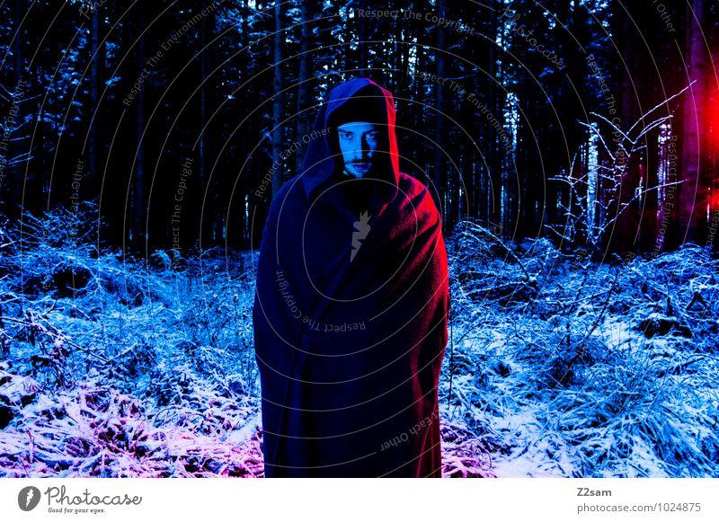 Dark Night Natur Jugendliche blau rot Landschaft Junger Mann Winter schwarz dunkel Wald kalt Erwachsene Tod maskulin träumen Sträucher