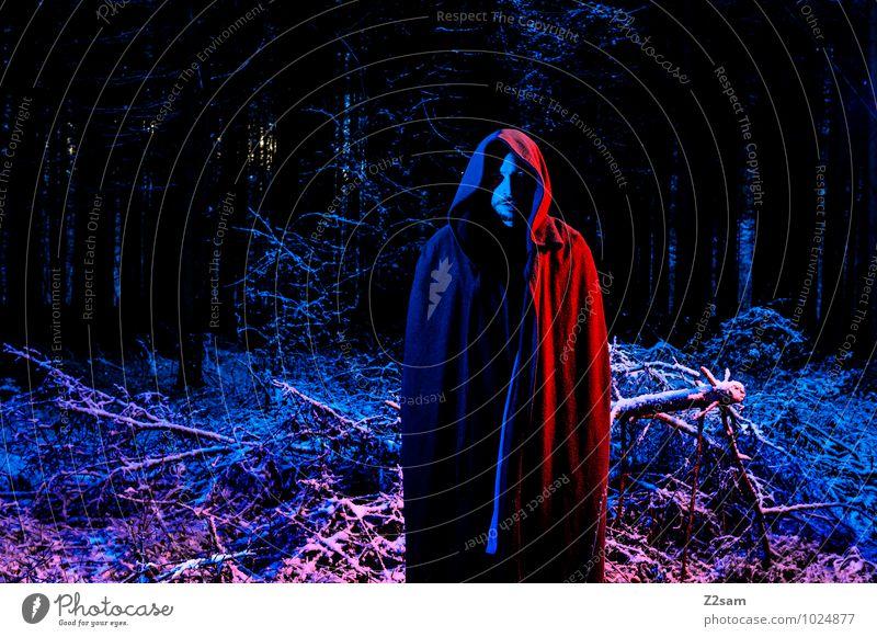 So dunkel die Nacht Jugendliche blau rot ruhig Junger Mann 18-30 Jahre Winter Wald kalt Erwachsene Tod Schneefall maskulin stehen bedrohlich