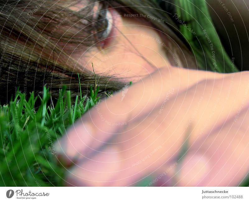 Zurück zur Natur Gras grün Unschärfe Hand Finger Nahaufnahme Jugendliche liegen Verzweiflung Schwäche Frau Gesicht Auge Haare & Frisuren Frauengesicht