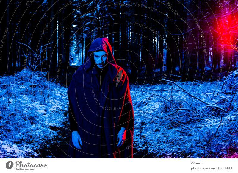 Darkness Natur Jugendliche blau Baum rot Landschaft Junger Mann Winter dunkel Wald kalt Erwachsene Umwelt Schnee Wege & Pfade maskulin