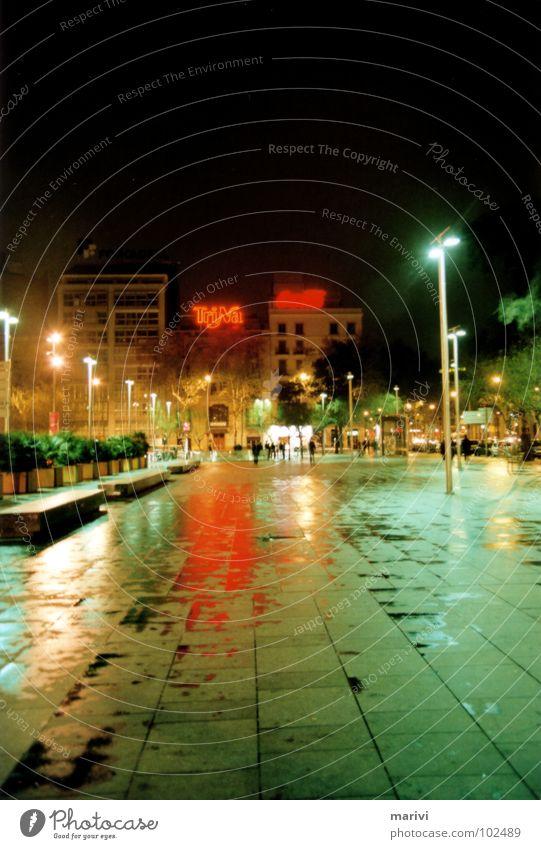Placa Universidad - Barcelona 2007 grün rot Sommer Ferien & Urlaub & Reisen Einsamkeit Traurigkeit Regen nass Trauer Platz Werbung Mitte Laterne Spanien