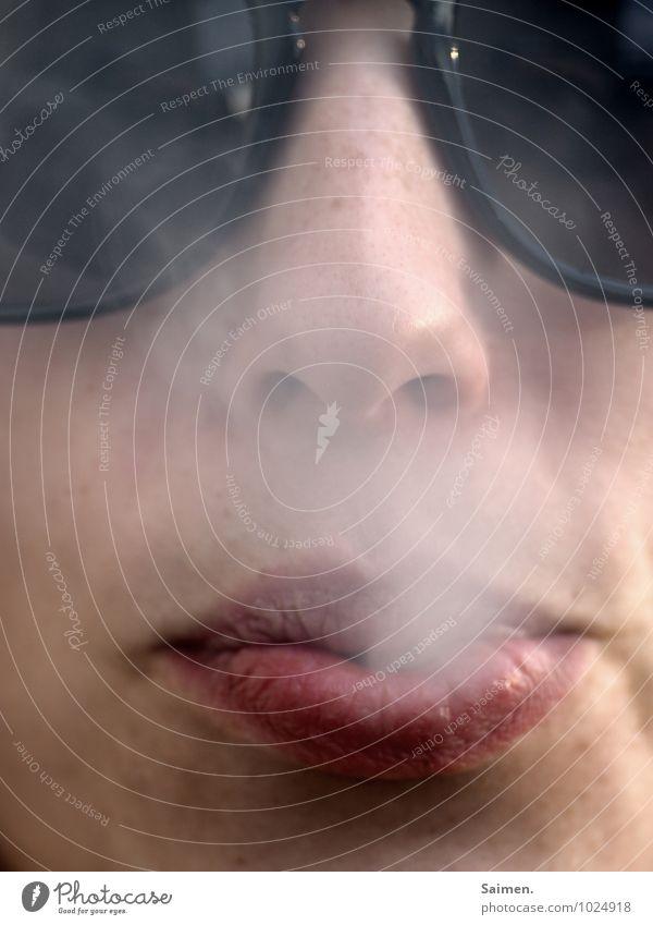 Arschcool Mensch feminin Junge Frau Jugendliche Gesicht Nase Mund Lippen 1 18-30 Jahre Erwachsene Sonnenbrille Rauchen Gesundheit atmen Coolness schädlich