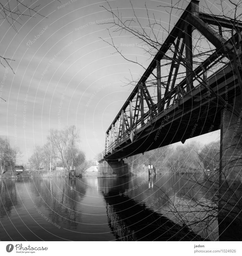 brücke über ruhiges wasser. Design Technik & Technologie Wasser Sonnenlicht Schönes Wetter Bauwerk Verkehr Bahnfahren Wege & Pfade Brücke Schienenverkehr