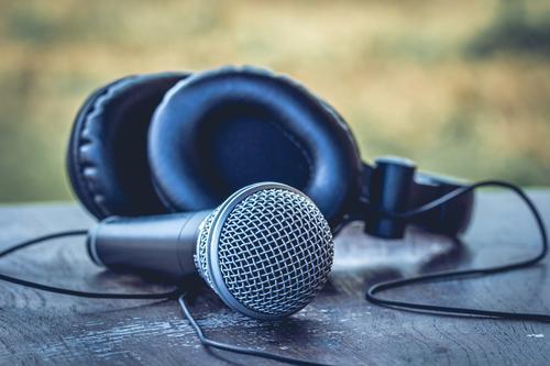DJ - Party - Microphone blau Stil Spielen Stimmung Musik Tisch Veranstaltung Club Kopfhörer Disco Nachtleben Mikrofon Entertainment Diskjockey Lounge
