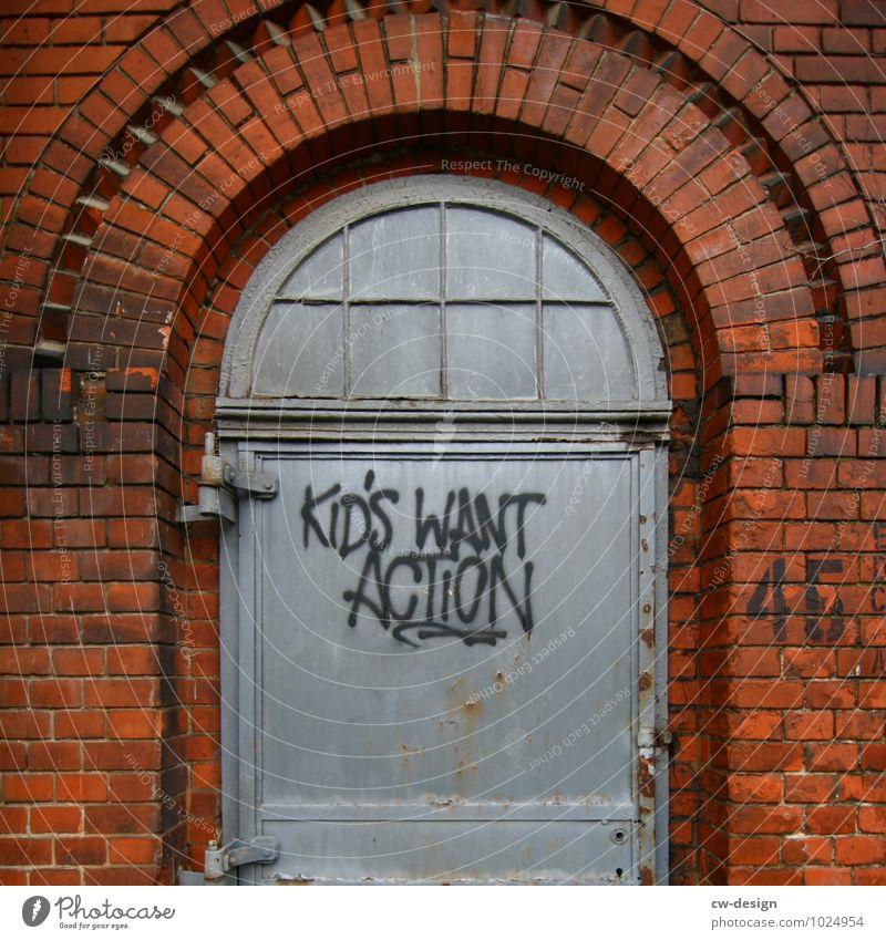 KIDS WANT ACTION Kind Altstadt Industrieanlage Fabrik Ruine Bauwerk Gebäude Architektur Mauer Wand Fassade Stein Backstein Zeichen Schriftzeichen Graffiti alt