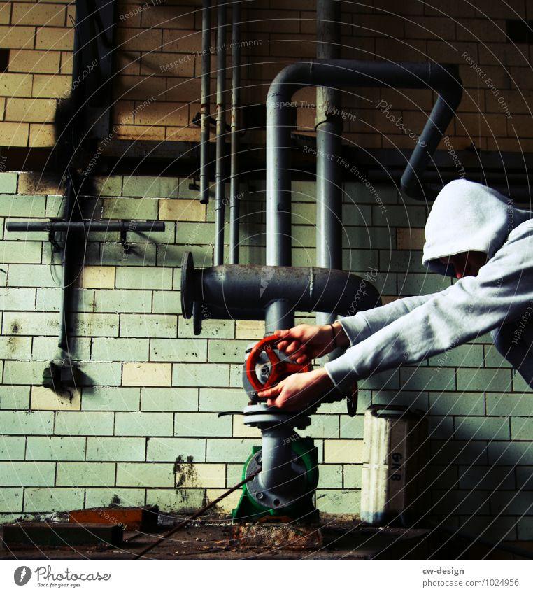 junger Mann öffnet Ventil im Heizkraftwerk Person Industrie Industriearbeiter Beruf Business professionell Arbeit Mitarbeiter Arbeit & Erwerbstätigkeit Mensch