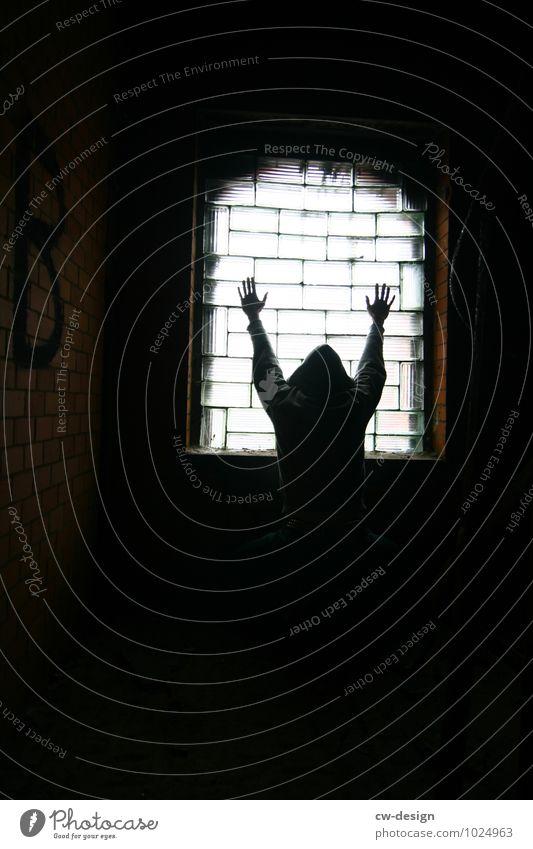 HEUTE: Internationaler Tag des Gedenkens Mensch Jugendliche Mann Erholung Junger Mann Einsamkeit 18-30 Jahre dunkel kalt Erwachsene Wand Stil Mauer Lifestyle