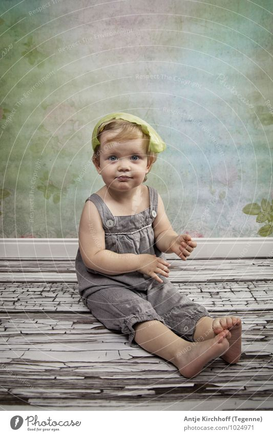 Scheiss Vegetarier... ;) feminin Kind Kleinkind Mädchen Schwester Kindheit 1 Mensch 1-3 Jahre Lächeln sitzen niedlich Farbfoto Innenaufnahme Studioaufnahme