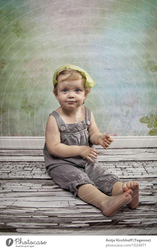 Scheiss Vegetarier... ;) Mensch Kind Mädchen feminin Kindheit sitzen Lächeln niedlich Kleinkind Schwester 1-3 Jahre