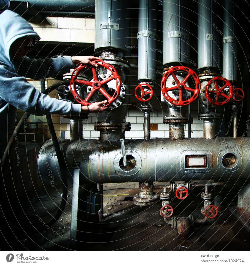 Nicht das Rote! Arbeit & Erwerbstätigkeit Beruf Arbeitsplatz Fabrik Industrie Handwerk Energiewirtschaft Mensch maskulin Junger Mann Jugendliche Erwachsene