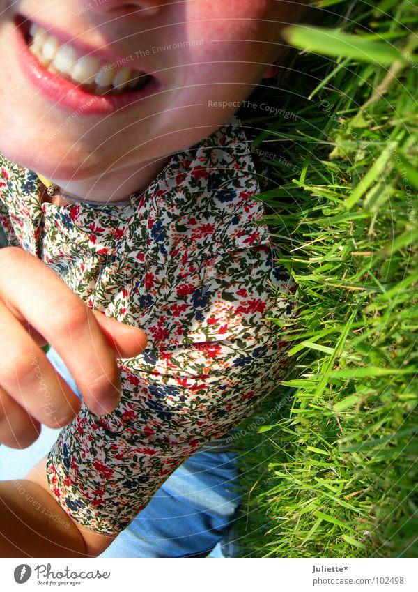 Grins II Frau Hand Jugendliche Blume grün Sommer Freude Farbe Erholung Wiese liegen Lust