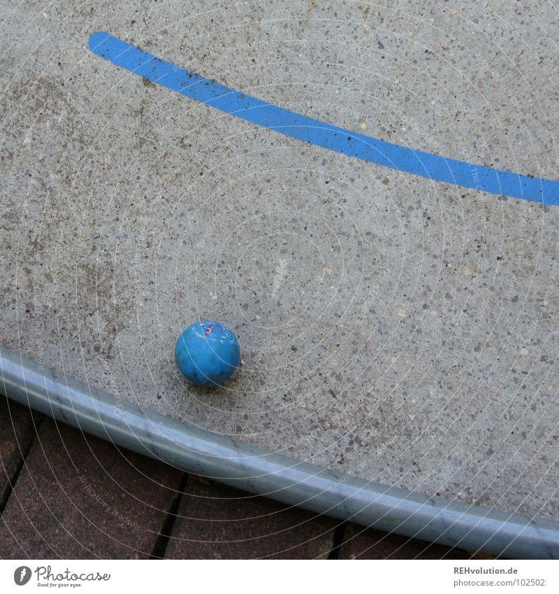tolle Ausgangslage blau Sommer Freude Spielen grau Freizeit & Hobby Schilder & Markierungen Beton Erfolg Ecke rund Ball schreiben Punkt Golf Loch