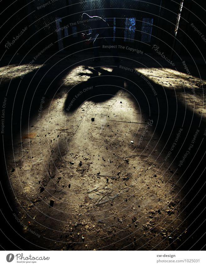 Schattenspielender Schattenspieler Mensch Jugendliche Mann Einsamkeit Freude Junger Mann 18-30 Jahre dunkel Erwachsene Leben Stil Spielen Lifestyle maskulin