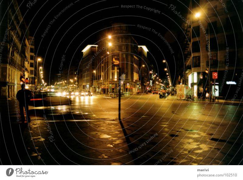 Richtung Placa Catalunya Barcelona Spanien Südeuropa Süden Nacht Licht Warmes Licht Straßenbeleuchtung Ampel Trauer Mitte Verkehrswege Verzweiflung