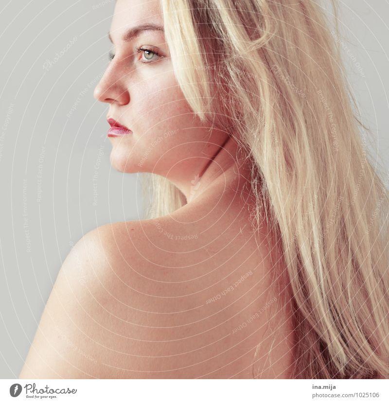 die kalte Schulter zeigen Mensch Frau Jugendliche blau Junge Frau Einsamkeit 18-30 Jahre Erwachsene Gesicht Traurigkeit feminin grau Denken Haare & Frisuren