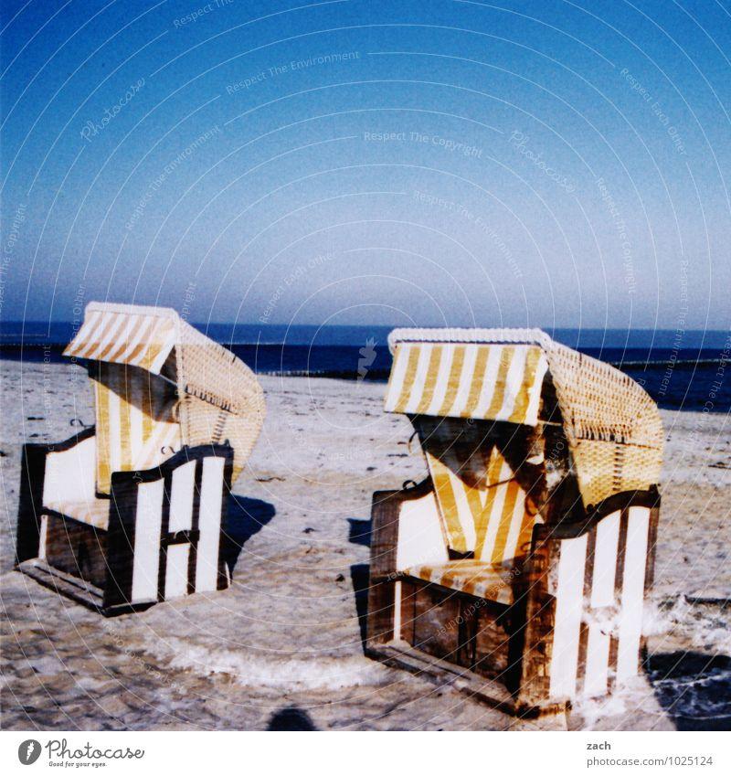Nachsaison Sommer Sommerurlaub Strand Meer Landschaft Sand Wasser Wolkenloser Himmel Horizont Winter Schönes Wetter Küste Ostsee Schwimmen & Baden sitzen
