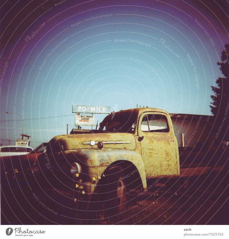 retro | Rostkraftwagen alt blau Ferne Straße braun träumen Schilder & Markierungen Verkehr Vergänglichkeit kaputt Zeichen Güterverkehr & Logistik fahren