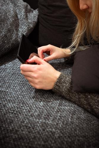 Die Frau von heute Reichtum elegant Nagellack Wohnung Sofa Bildung lernen Student Beruf Arbeitsplatz Telekommunikation Business Karriere Feierabend Handy PDA