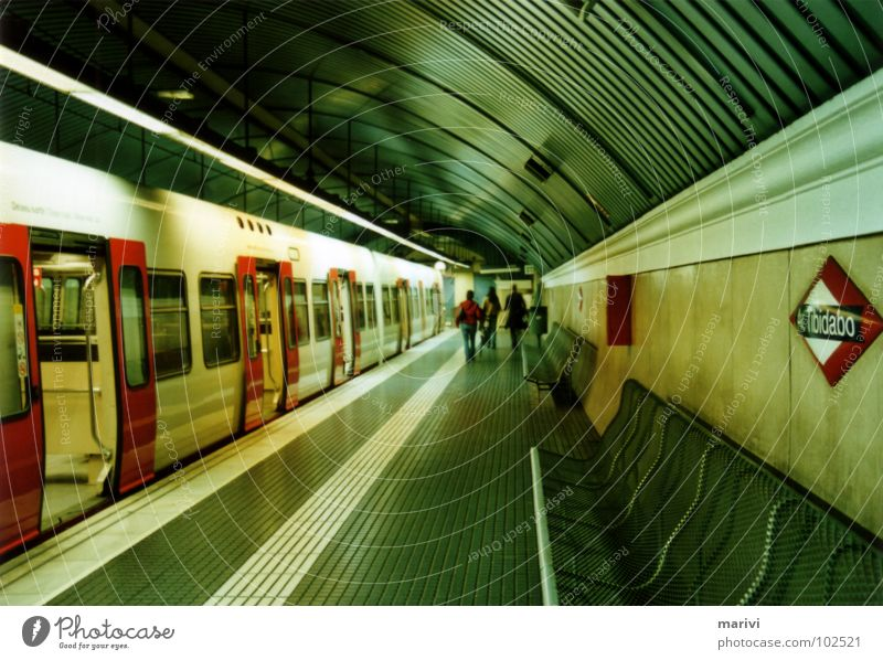 Metrostation Tibidabo U-Bahn Eisenbahn Endstation Barcelona Spanien Südeuropa unterirdisch grün rot Tunnel Bahnhof Unterwelt