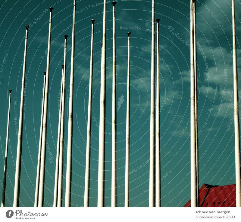 I I I II I I III I II I L Fahne Fahnenmast Gebäude Dach Dachziegel rot Wolken weiß Haus Hinweisschild Himmel Stab sich etwas auf die fahnen schreiben nation