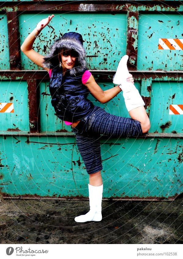 nie zu alt für verbotene spielplätze Frau türkis Weste Körperhaltung biegen Stiefel Stil Zufriedenheit Waage stehen Funsport Freude Rost Container Turnen modern