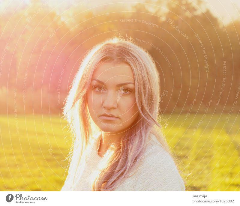 junge blonde langhaarige Frau im Gegenlicht Mensch feminin Junge Frau Jugendliche Erwachsene 1 18-30 Jahre Umwelt Natur Sonne Sonnenaufgang Sonnenuntergang