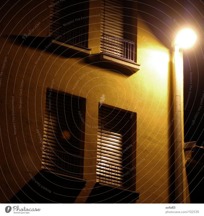altenheim (2) Haus Gebäude Nacht Lampe Laterne Licht Fenster eingeschlossen Detailaufnahme Langzeitbelichtung gelb. gitter Einsamkeit