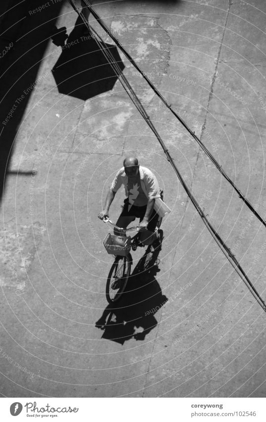 old man on bike Licht Schwarzweißfoto Fahrrad umbrella lines black white and afternoon sun backlight shadow reminicent concrete fast riding alone company