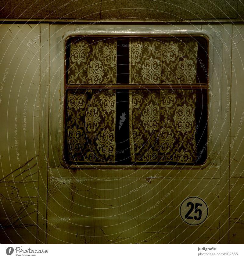Bauwagenromantik alt Farbe Arbeit & Erwerbstätigkeit Fenster grau Geschwindigkeit trist Pause Romantik kaputt Baustelle Schutz Idylle verfallen obskur Hütte