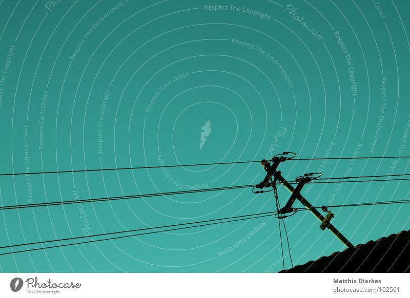 CONNECTING PEOPLE III Verbundenheit Elektrizität Strommast Holz Holzstab grün gefährlich dezent ausbreiten ausgestreckt Quadrat Qualität Lebensqualität Dach