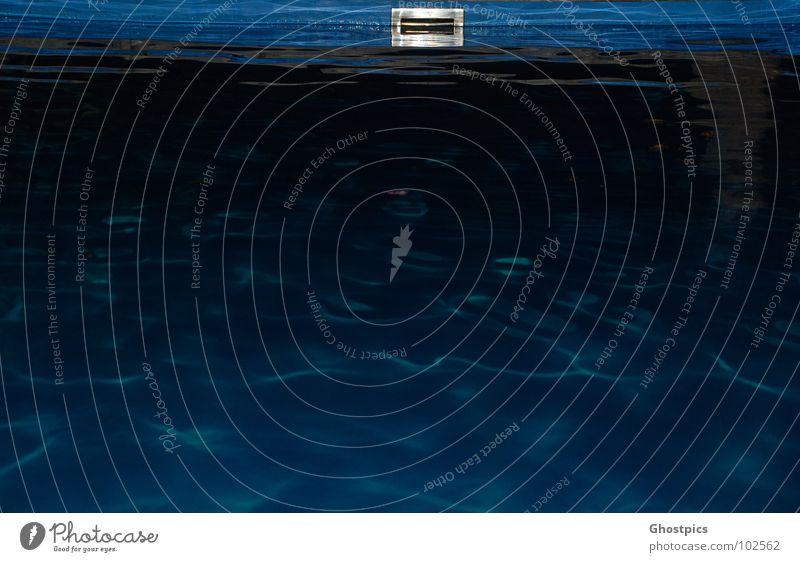 Dark Water Schwimmbad dunkel gruselig schwarz Angst Panik Wasser blau dark deep