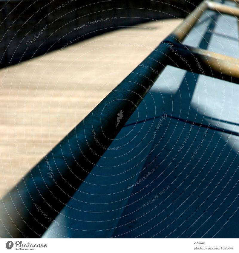 handlauf Hand blau Sommer Holz Wärme Metall Sicherheit Brücke modern Fluss Physik berühren festhalten Geländer Blech Gewässer