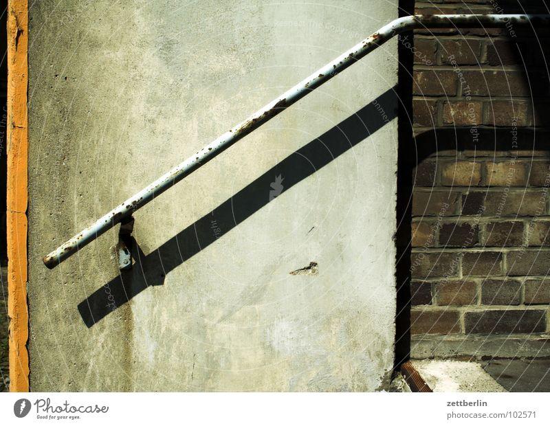 Geländer Keller Rampe Gewerbegebiet Mauer Karriere aufsteigen Bühneneingang Eingang Ausgang Industrie Detailaufnahme historisch Rost alt Treppe aufwärts abwärts