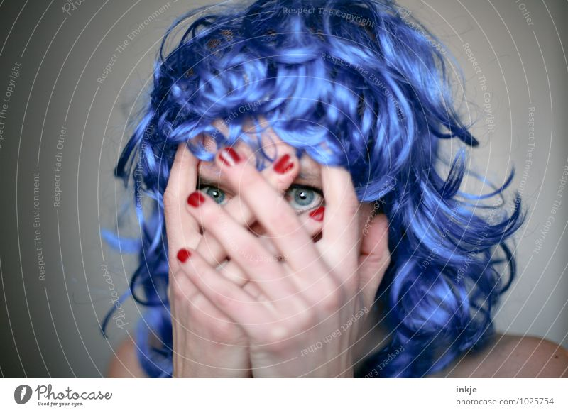 Blaue Welle Mensch Frau blau Hand Freude Erwachsene Gesicht Leben Gefühle Party Lifestyle Freizeit & Hobby verrückt beobachten Finger Karneval